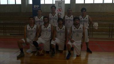 Equipo de básquetbol Longaví Snake. 4 jugadores de pie y 4 hincados con una rodilla en el piso