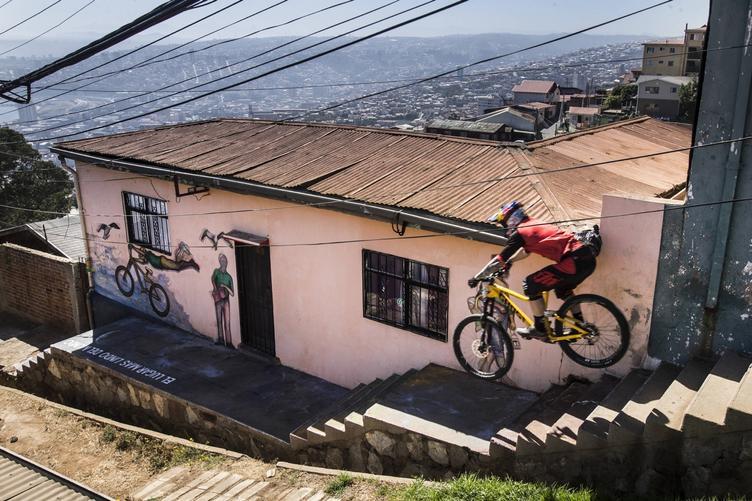 Ciclista descendiendo por escaleras de un cerro de Valparaíso