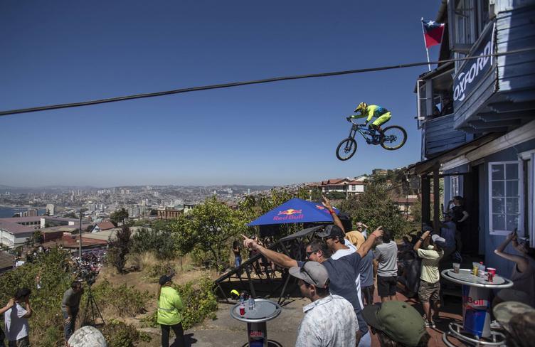 Ciclista realizando un gran salto en el aire