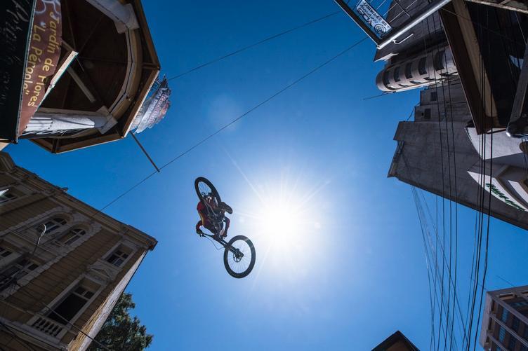 Ciclista realizando un gran salto, foto tomada desde abajo de la plataforma