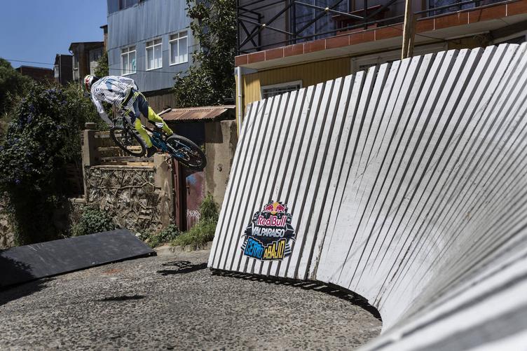 Ciclista sortenado una estructura semivertical en una curva, llamada wallride