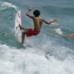 Tres chilenos avanzan en Mundial Junior de surf en Ecuador