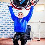 Empresa Sparta entregó una nueva silla de ruedas al pesista paralímpico Juan Carlos Garrido