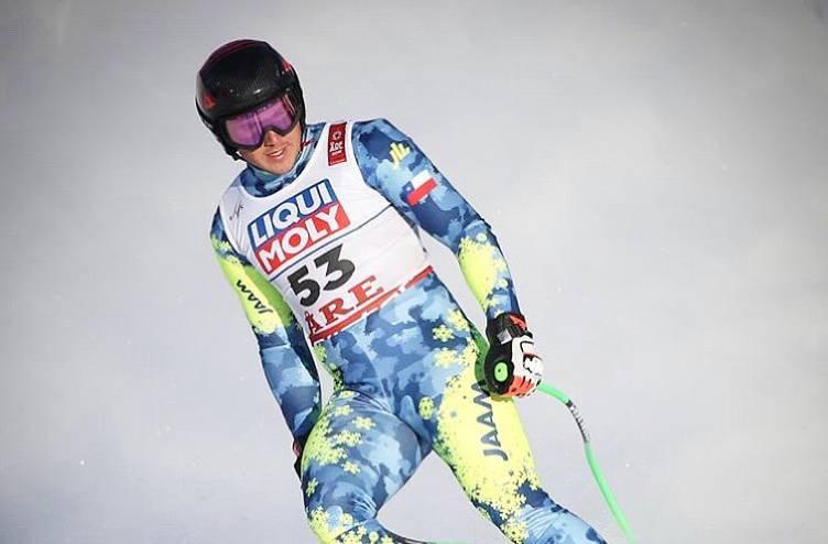 Esquiador chileno en la nieve, vestido con traje para esquí, con el número 53 en el pecho