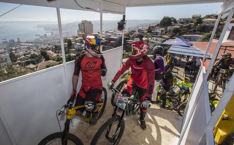 Dos ciclistas en la largada del Valparaíso Cerro Abajo