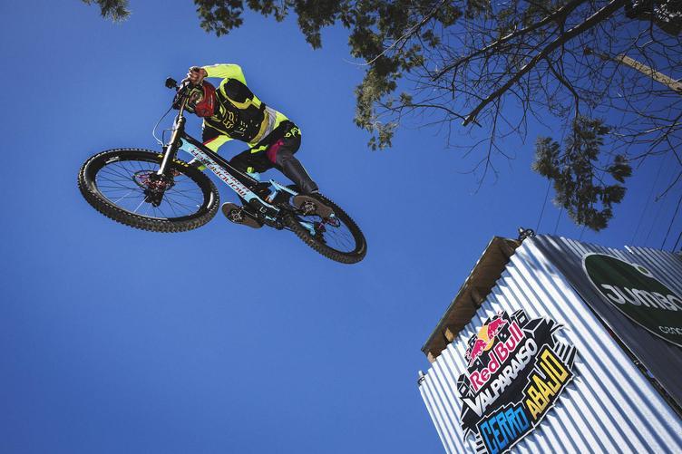 Ciclista saltando desde una plataforma