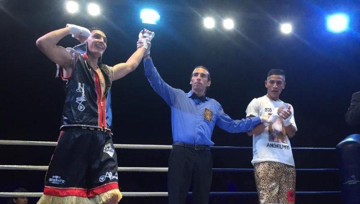 """Dos boxeadores y el arbitro al medio. Este último levanta el brazo del ganador, Luis """"Junior"""" Cruzat"""