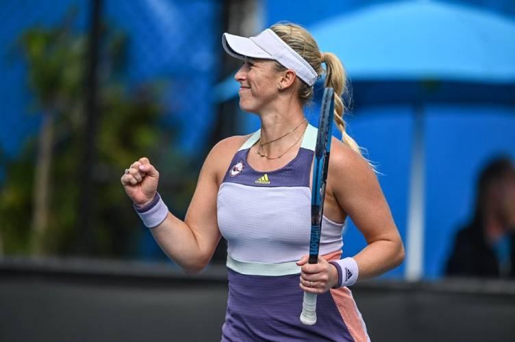 Tenista Alexa Guarachi celebrando un triunfo, con la raqueta en su mano izquierda y su mano derecha empuñada