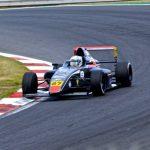 Un topón con su compañero de equipo dejó fuera de carrera a Nicolás Pino en la F4 Británica