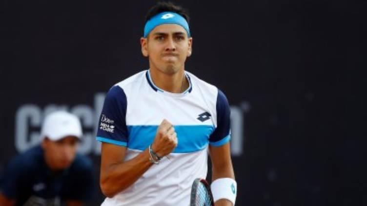 Tenista Alejandro Tabilo celebra con la mano derecha empuñada