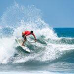 Manuel Selman hace historia en el surf chileno y clasifica a los Juegos Olímpicos